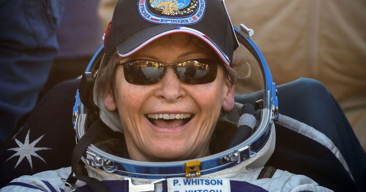 Яркое приземление с парашютами и радостные улыбки: на Землю вернулись трое космонавтов с МКС