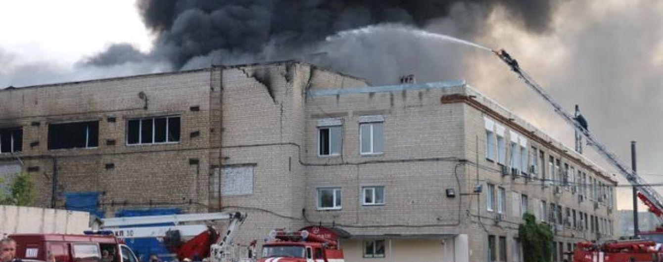 В Харькове горят склады с растворителями и пластмассовыми изделиями