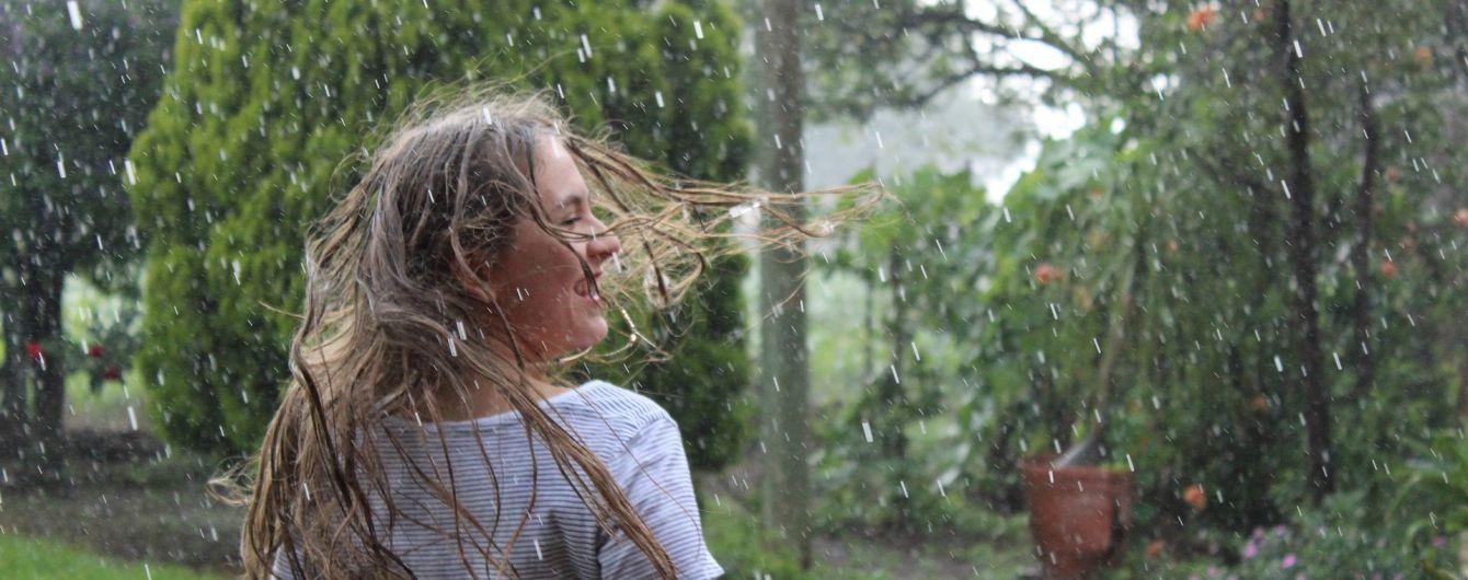 На початку тижня частину України накриють дощі з грозами