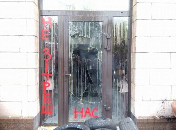 Бросали яйца и палили шины. Активисты отомстили магазину, который стер граффити на Грушевского