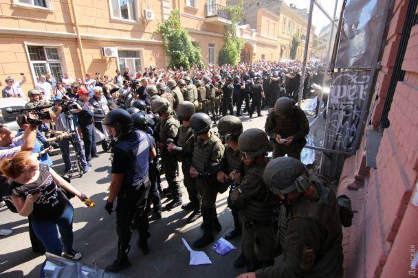 """В Одессе активисты с боем разгромили стройку возле знаменитого """"дома-стены"""""""