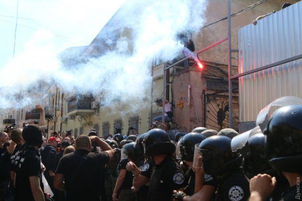 """В Одесі активісти з боєм розгромили будівництво біля знаменитого """"будинку-стіни"""""""