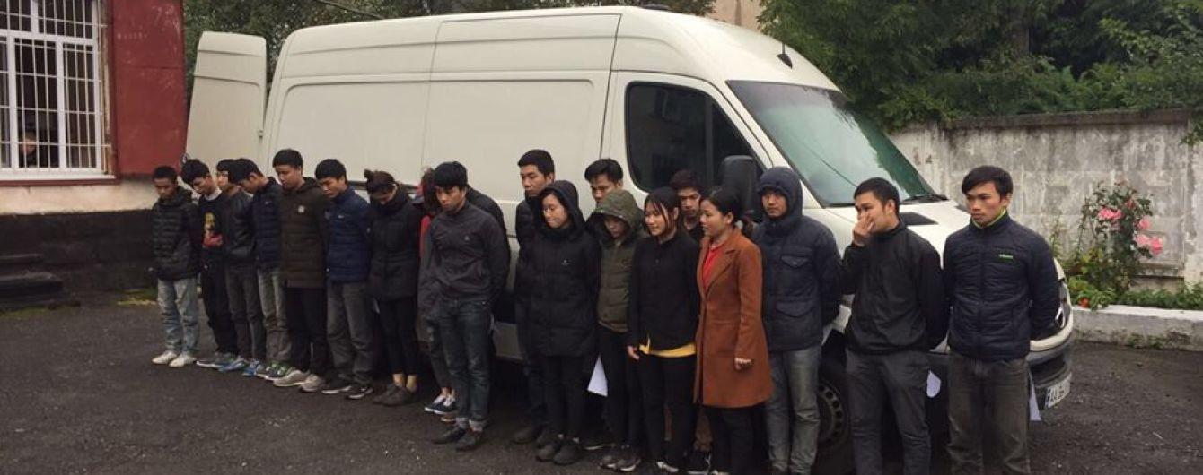 """На Львівщині затримали мікроавтобус-""""скотовозку"""" із 20 нелегальними мігрантами"""