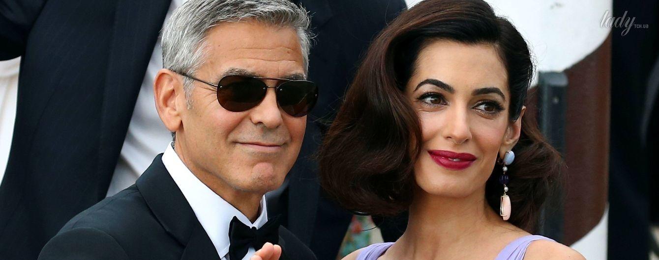 Первый выход после родов: Амаль Клуни блистала на красной дорожке в летящем платье от Versace