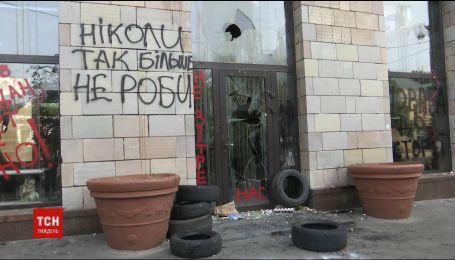 Активісти обкидали яйцями магазин, який стер зі свого фасаду графіті часів Майдану