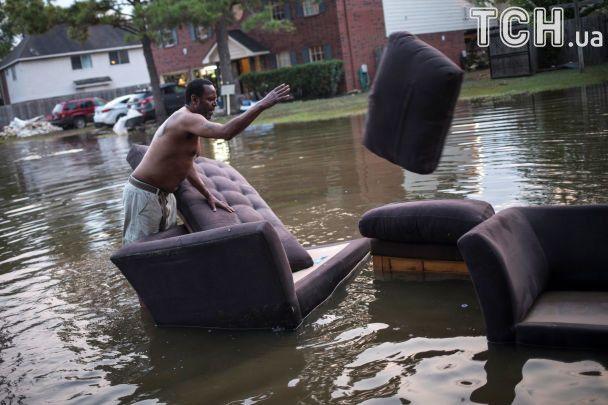 Хьюстон приходит в себя после потопа: город остается без питьевой воды, а дома до сих пор затоплены