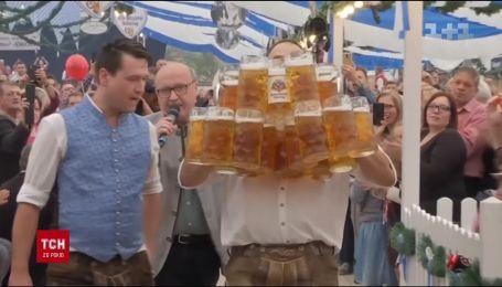 Мировой рекорд по доставке пива. Немецкий официант пронес 29 литровых бокалов