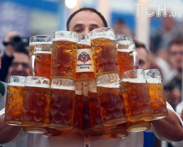 У Баварії кельнер приніс за раз 29 літрових келихів пива і встановив рекорд