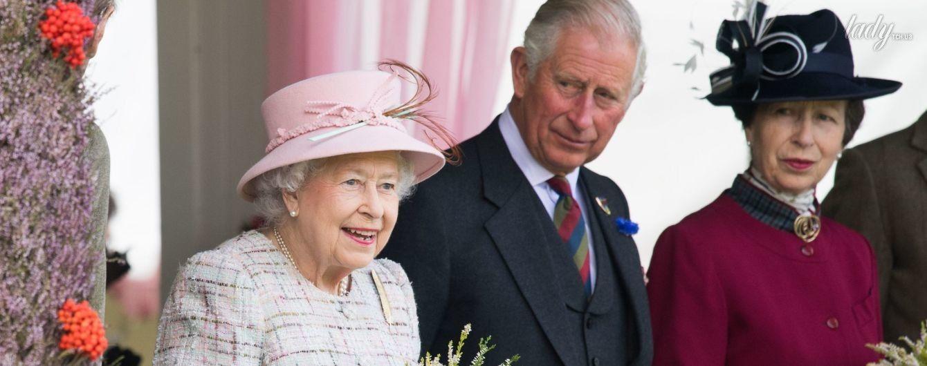 В светлых оттенках: 91-летняя королева Елизавета II продемонстрировала новый нежный образ