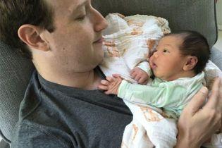 Это так мило: Марк Цукерберг поделился новым фото своей новорожденной дочери