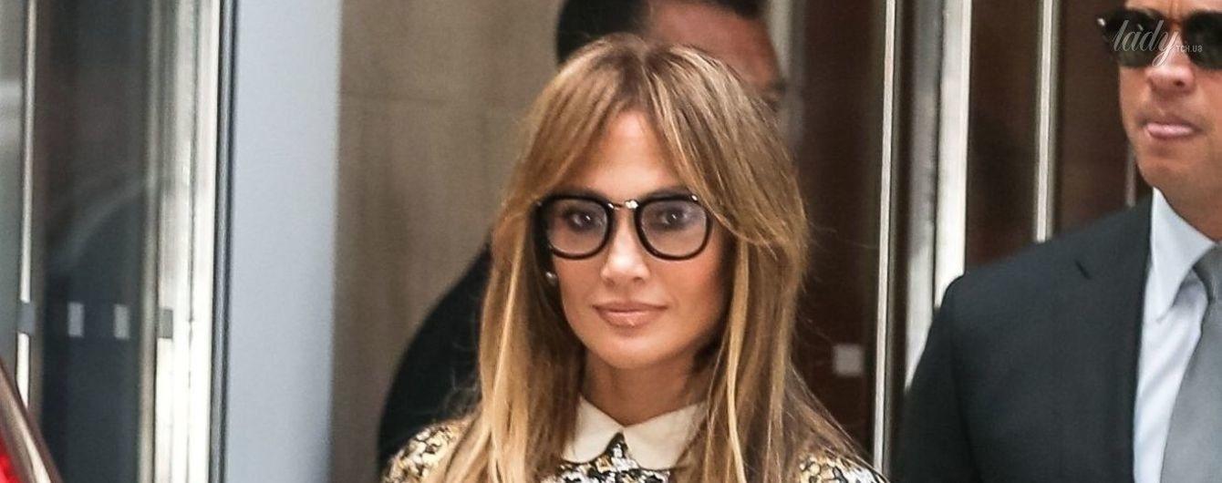 В леопардовом мини за 2630 долларов и в очках: необычный образ Дженнифер Лопес