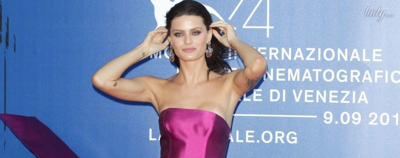 Красотка в эффектном платье: Изабели Фонтана впечатлила публику ярким нарядом