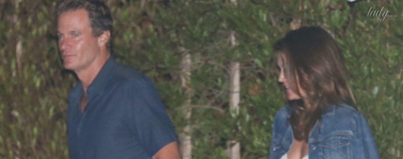 В летящем платье с глубоким декольте: Синди Кроуфорд провела уикенд с мужем в Малибу