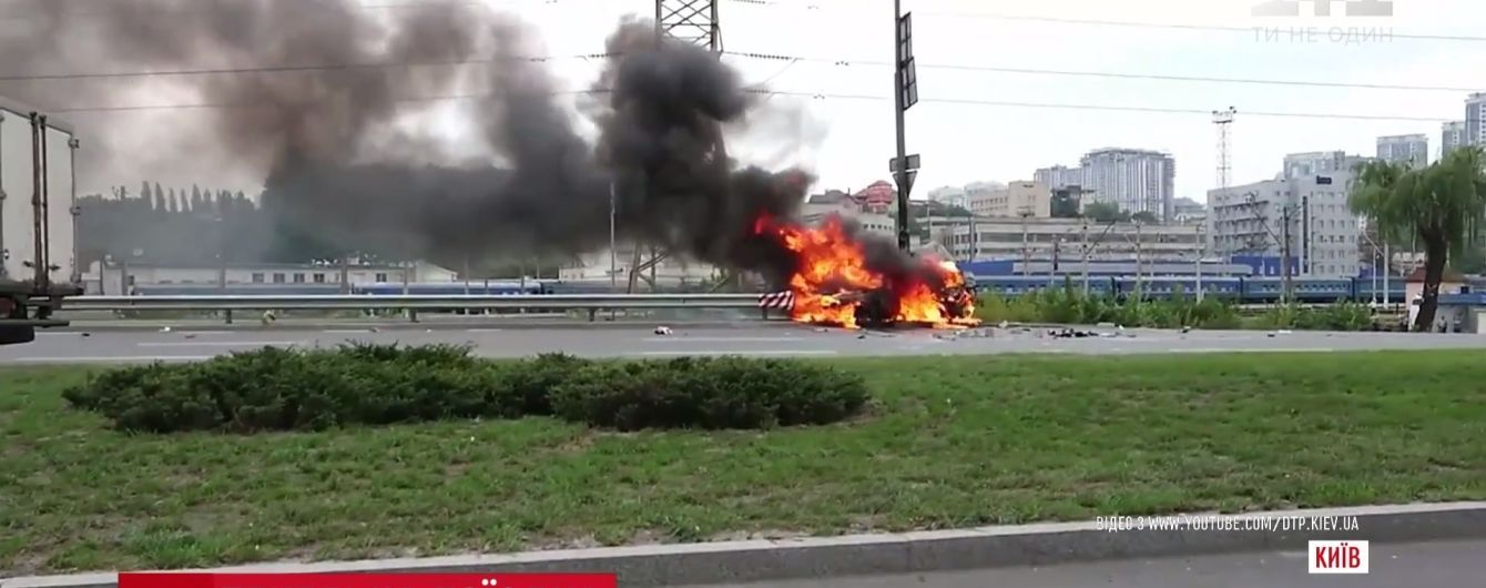 Карколомна ДТП у Києві: напівпритомний водій виповз із палаючої машини