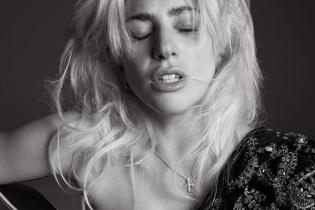 Леди Гага прикрыла грудь гитарой в откровенном фотосете V Magazine