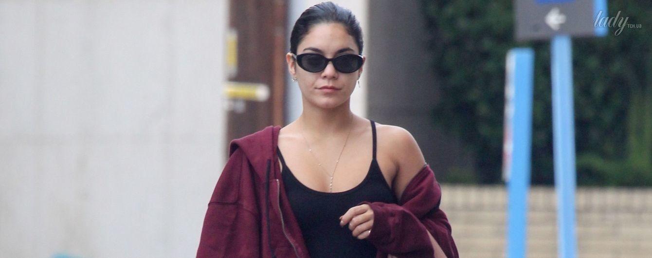 В меховых шлепанцах и с дорогой сумкой: стильная Ванесса Хадженс на улицах Лос-Анджелеса