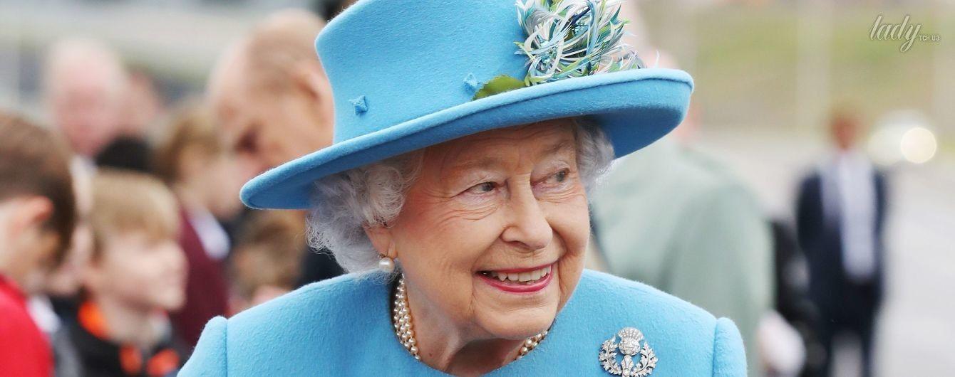 В голубом наряде и с ярким букетом: королева Елизавета II снова вышла в свет