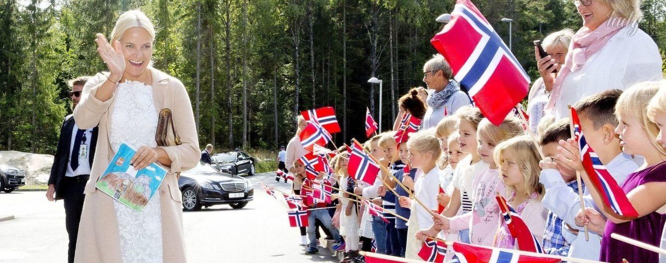 В кружевном платье и золотых балетках: красивый выход принцессы Норвегии