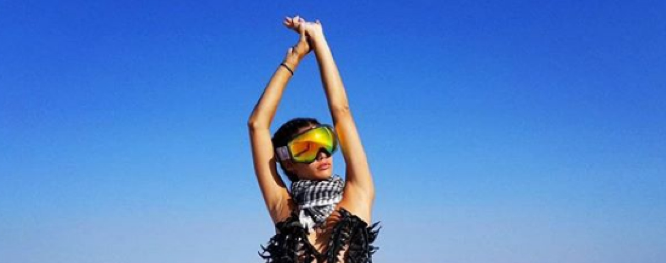 Маски, цепи и цветные шубы: звезды на популярном фестивале Burning Man