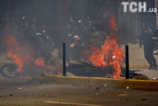 Криваві вибори у Венесуелі: група поліцейських постраждала внаслідок вибуху у Каракасі