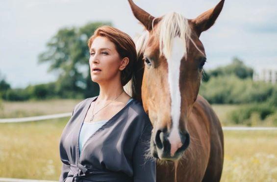 Сніжана Єгорова у фотосесії з конем_2