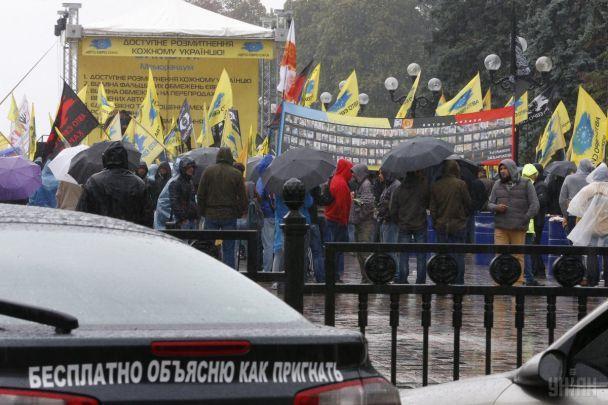 Під Радою мітингують близько 850 власників авто на єврономерах