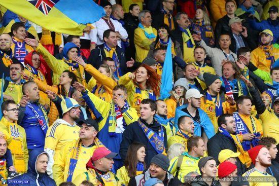 """Синьо-жовтий хід і """"Червона рута"""" . Як українські фанати """"рвали горлянки"""" в Ісландії"""