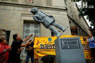 """Протести """"мрійників"""": у США іммігранти скинули із п'єдесталу паперову статую генпрокурора"""