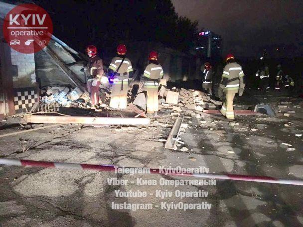 У Києві посеред ночі з величезним гуркотом завалилися три гаражі й розчавили автомобілі