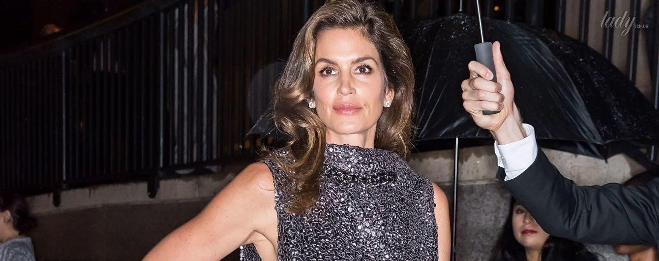 Красотка в блестящем платье: Синди Кроуфорд с мужем сходила на показ Tom Ford