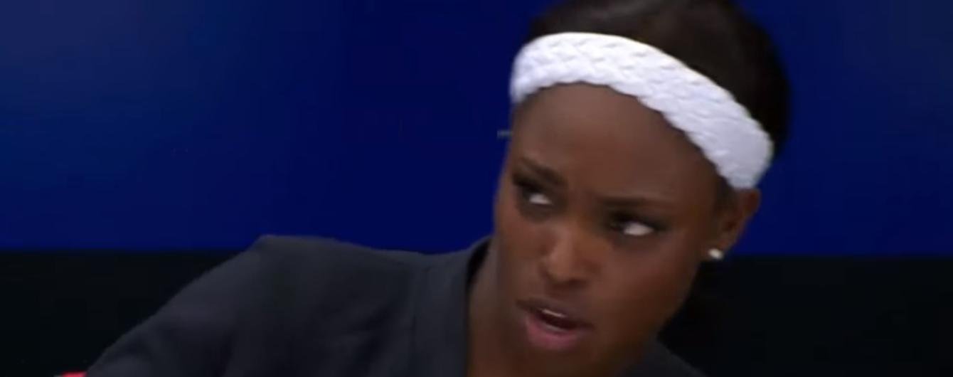 Теннисистка испугалась мухи и свалилась со стула на пресс-конференции