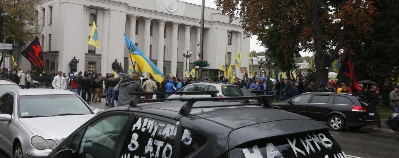 """Другий день протесту. Сотні """"євробляхарів"""" ночували в автомобілях в урядовому кварталі"""