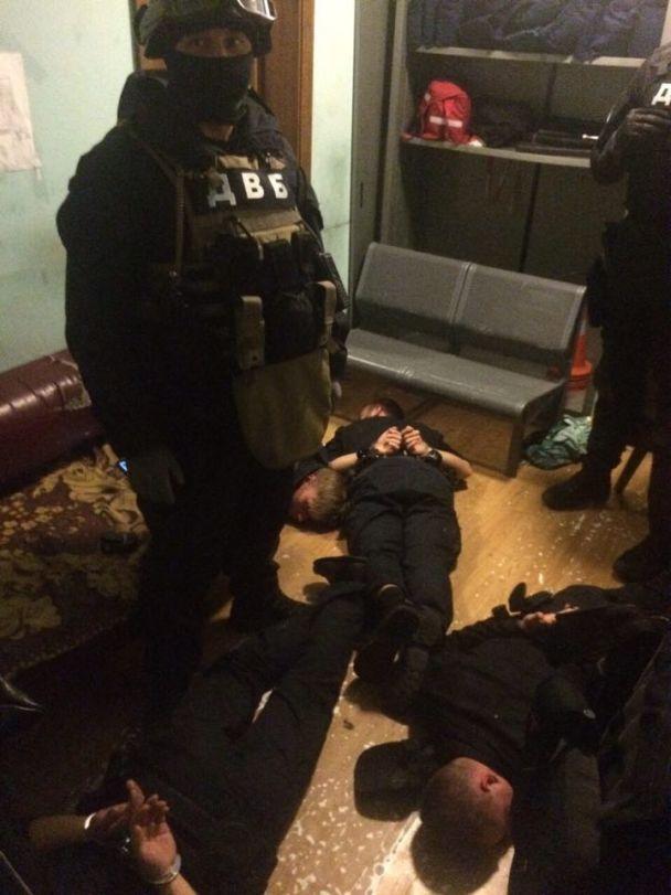 У Києві затримали п'ятьох копів, які били та грабували людей на вокзалі