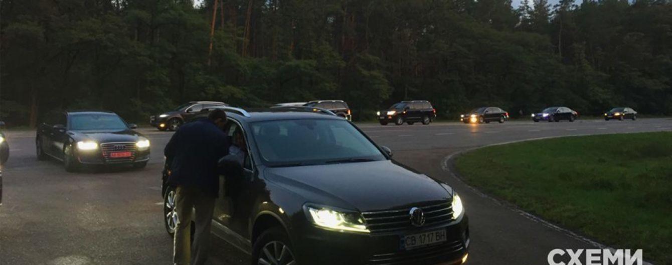 """Депутаты от """"БПП"""" съезжаются на встречу с Порошенко: журналисты показали фото"""