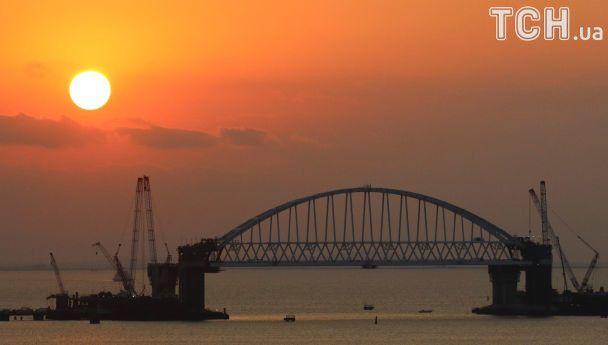 Оккупанты возвели арку над Керченским мостом