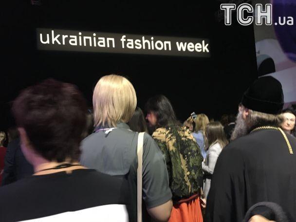Скандальний настоятель Лаври Павло прийшов на модний показ UFW і похизувався дизайнерським одягом