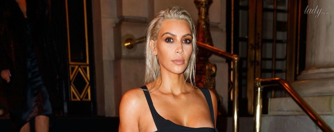 Звезда реалити на вечеринке: Ким Кардашьян в откровенном наряде сверкнула плоским животом