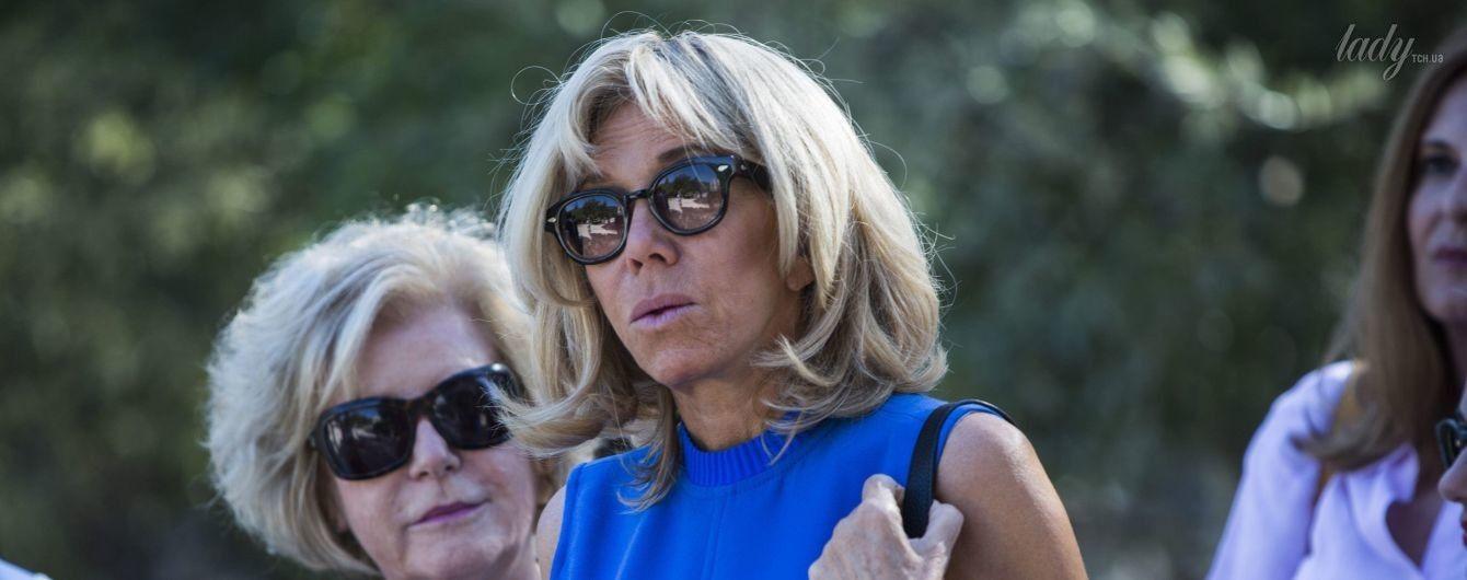 В синем мини-платье и солнцезащитных очках: Брижит Макрон на экскурсии в Афинах