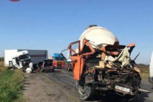 Смертельна ДТП під Києвом: бетономішалка влетіла у фури