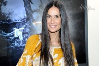 Деми Мур пришла на выставку в стильном платье от украинского дизайнера