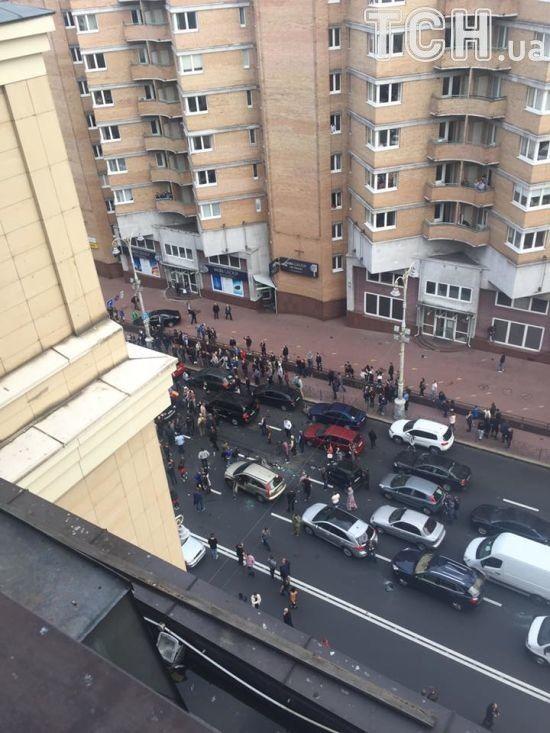 У центрі Києва вибухнуло легкове авто