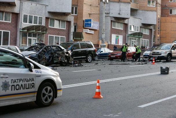 Появились первые фото и видео с места взрыва в центре Киева