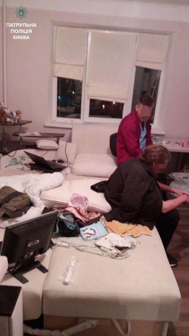 У Києві копи врятували чоловіка, який хотів стрибнути з вікна дев'ятого поверху