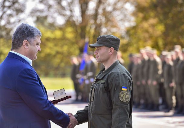 Поїздка президента до Вінниччини: Порошенко вручив нацгвардійцям державні нагороди