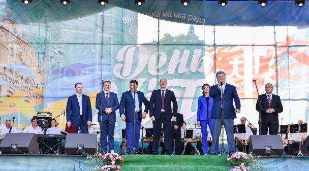 Проверял больницу в халате и фотографировался с детьми: как Порошенко поздравлял Винницу с днем города