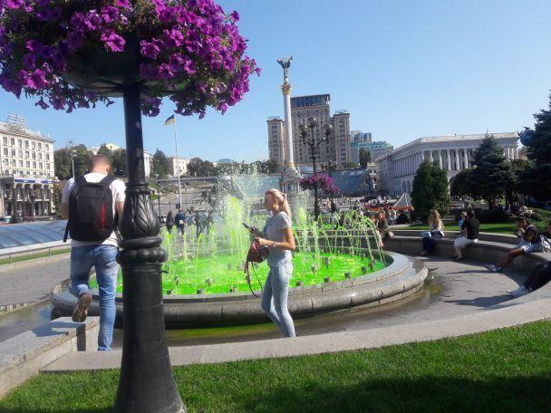 В Киеве на Майдане вода в фонтанах стала ярко-зеленого цвета