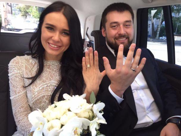 Отец поправляет бабочку, а сын выносит невесту из ЗАГСа: появились фото со свадьбы Луценко-младшего