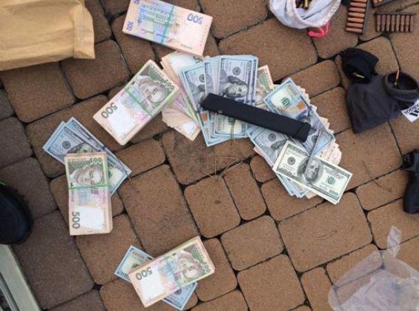 Поліція натрапила на арсенал зброї при розслідуванні видобутку піску під Києвом