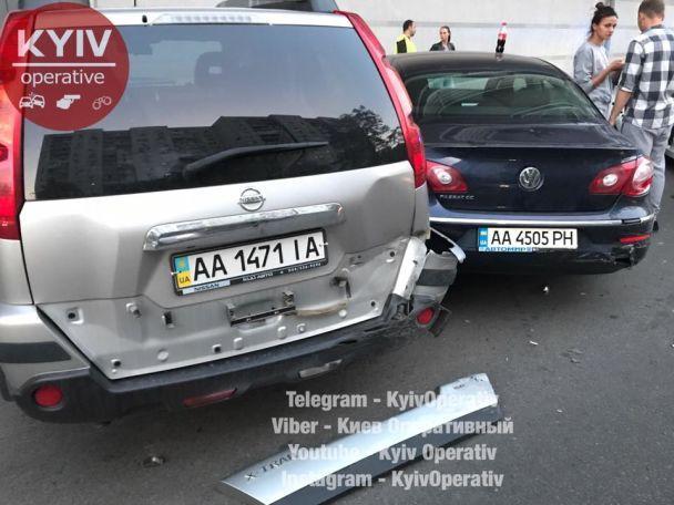 В Киеве на Оболони неадекватный водитель повредил четыре авто и травмировал девушку