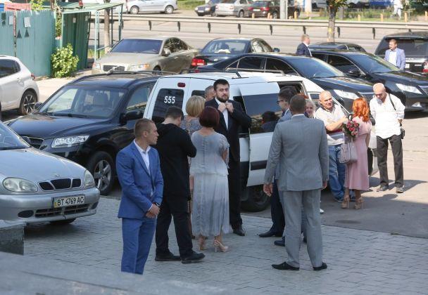 Батько поправляє метелика, а син виносить наречену з РАЦСу: з'явилися фото з весілля Луценка-молодшого